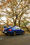 En el camino - Subaru Impreza, coche japonés del funcionamiento fotografía de archivo