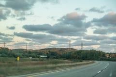 En el camino, viaje por carretera con los caminos abiertos imagen de archivo
