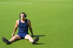 En el campo de fútbol, una sentada del hombre Imagen de archivo