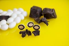 En el caramelo blanco de la almendra del fondo amarillo Imágenes de archivo libres de regalías