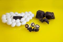 En el caramelo blanco de la almendra del fondo amarillo Fotografía de archivo