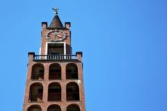 En el castellanza viejo y el día soleado de la torre de iglesia Fotos de archivo