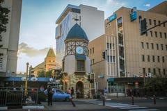 En el centro de la ciudad con la torre-puerta con el reloj foto de archivo libre de regalías