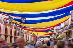 En el centro de la ciudad la ciudad portuguesa de Loulé con las sombrillas coloridas en las calles fotos de archivo