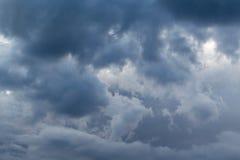 En el cielo las nubes de tormenta, y las nubes Mún tiempo Imagen de archivo libre de regalías