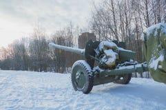 En el cielo miró fijamente abajo el barril de artillería Imagenes de archivo