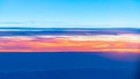 En el cielo sobre las nubes fotos de archivo