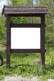 En el claro del bosque de la primavera hay un soporte de madera marrón envejecido Imagen de archivo