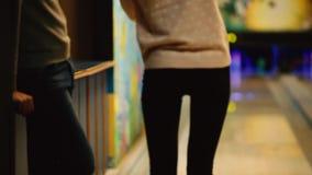 En el club del juego para rodar, el jugador lanza una bola de bolos que golpee abajo bolos La muchacha lanza una bola en almacen de video