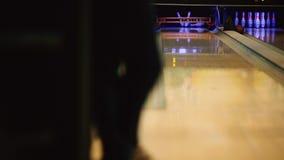 En el club del juego para rodar, el jugador lanza una bola de bolos que golpee abajo bolos Piernas de la huelga de jugadores aden metrajes