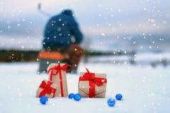 En el copo de nieve del paisaje de la bola de la caja de regalo de la nieve Imagen de archivo