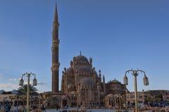 En el cuadrado en la mezquita del al-Sahaba en Sharm el Sheikh, hay mucha gente fotos de archivo