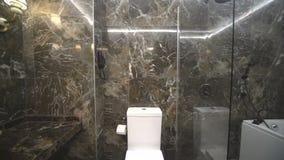 En el cuarto de baño del granito de un hotel de cinco estrellas en Kranevo, Bulgaria almacen de metraje de vídeo