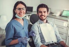 En el dentista fotos de archivo