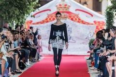 En el desfile de moda 2012 del verano de la primavera del vu del revendedor de la aureola Foto de archivo libre de regalías