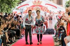 En el desfile de moda 2012 del verano de la primavera del vu del revendedor de la aureola Imagenes de archivo