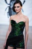En el desfile de moda 2013 del verano de la primavera del vu del revendedor de la aureola Foto de archivo libre de regalías