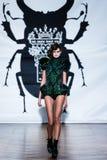 En el desfile de moda 2013 del verano de la primavera del vu del revendedor de la aureola Imágenes de archivo libres de regalías