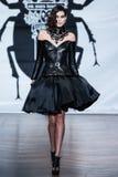En el desfile de moda 2013 del verano de la primavera del vu del revendedor de la aureola Fotografía de archivo