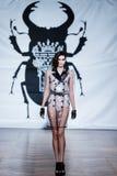 En el desfile de moda 2013 del verano de la primavera del vu del revendedor de la aureola Fotografía de archivo libre de regalías