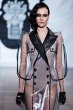 En el desfile de moda 2013 del verano de la primavera del vu del revendedor de la aureola Imagenes de archivo