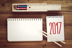 2017 en el documento, la caja y el lápiz del cuaderno sobre fondo de la tabla con Imagenes de archivo