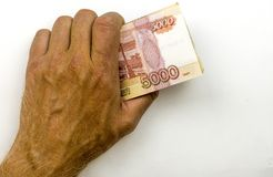 En el efectivo del ruso de la mano izquierda Billetes de banco de 5000 rublos imágenes de archivo libres de regalías