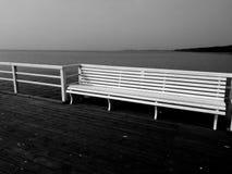 En el embarcadero Mirada art?stica en blanco y negro imagen de archivo