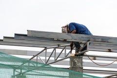 En el emplazamiento de la obra, los trabajadores de la soldadura en el trabajo Foto de archivo
