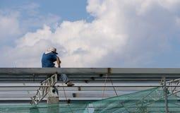 En el emplazamiento de la obra, los trabajadores de la soldadura en el trabajo Imagen de archivo