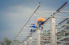 En el emplazamiento de la obra, los trabajadores de la soldadura en el trabajo Fotografía de archivo