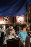 En el entre bastidores de una ópera china, los actores acaban de vestirse y Imagenes de archivo