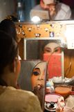 En el entre bastidores de una ópera china, los actores acaban de vestirse y Fotografía de archivo libre de regalías