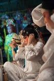 En el entre bastidores de una ópera china, los actores acaban de vestirse y Imagen de archivo libre de regalías