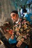 En el entre bastidores de una ópera china, los actores acaban de vestirse y Foto de archivo