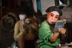 En el entre bastidores de una ópera china, los actores acaban de vestirse y Fotos de archivo