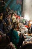 En el entre bastidores de una ópera china, los actores acaban de vestirse y Fotos de archivo libres de regalías