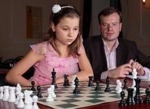 En el entrenamiento del ajedrez con el amaestrador del ajedrez fotografía de archivo libre de regalías