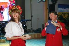 En el estilo ucraniano Animador hermoso de la actriz de la muchacha en el traje y el Prokhorov ucranianos nacionales Sergey - act Fotografía de archivo libre de regalías