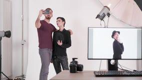 En el extremo del lanzamiento el fotógrafo está tomando algunos selfies con el modelo metrajes