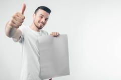en el fondo blanco el hombre sostiene un cartel barbudo Imagen de archivo