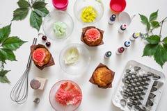 En el fondo blanco la torta moldea, esp?tula, corola, conos para la crema, flores coreanas del buttercream imagen de archivo libre de regalías