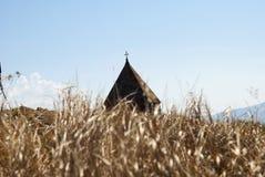 En el fondo es la bóveda del monasterio o del Sevanavank (iglesia) de la isla en la isla de Sevan Fotografía de archivo libre de regalías