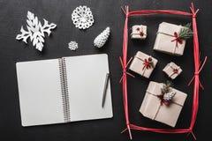 En el fondo negro, muchos regalos y artículos hechos a mano, un folleto donde usted puede dejar un mensaje del saludo Imagen de archivo