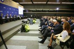 En el foro económico internacional de St Petersburg visitantes, huéspedes y participantes del foro Fotografía de archivo libre de regalías