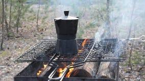 En el fuego de las quemaduras de la parrilla Preparación del café en el fuego