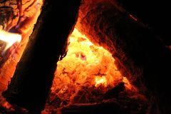 En el fuego - incorpore el triángulo foto de archivo