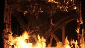 En el fuego - piano que quema el fondo del instrumento musical - fuego metrajes