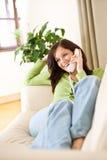 En el hogar del teléfono: Mujer llamada feliz Fotos de archivo