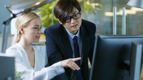 En el hombre de negocios asiático del este Plays Video Games de la oficina en su SM foto de archivo